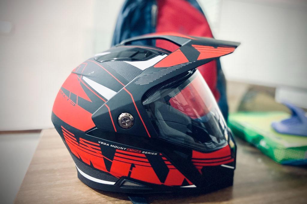Casque de moto rouge